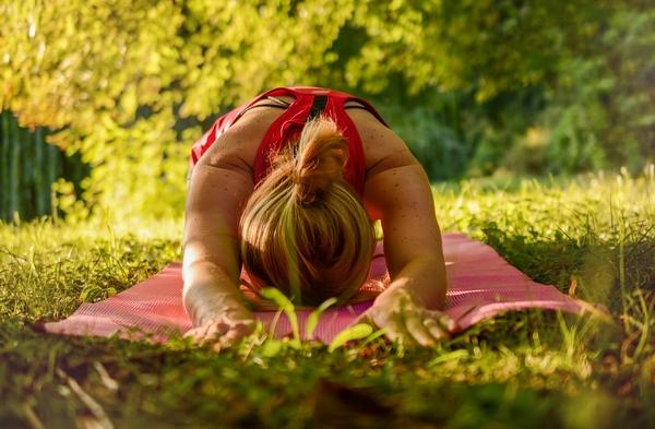 Tập yoga để tăng cường sức đề kháng ở người lớn tuổi